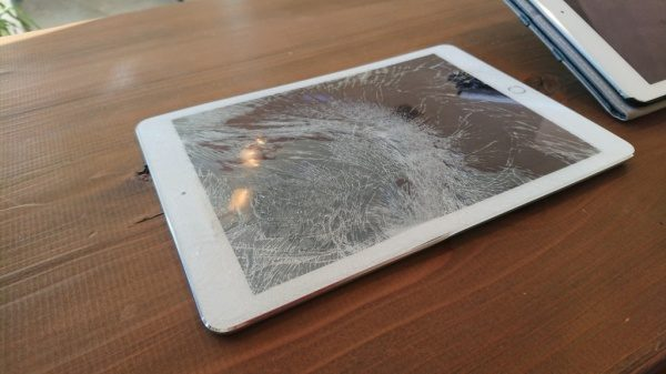 iPadがバッキバキとんでもない姿になってしまいました。